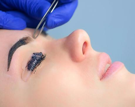 womens-eyebrows-tweezing