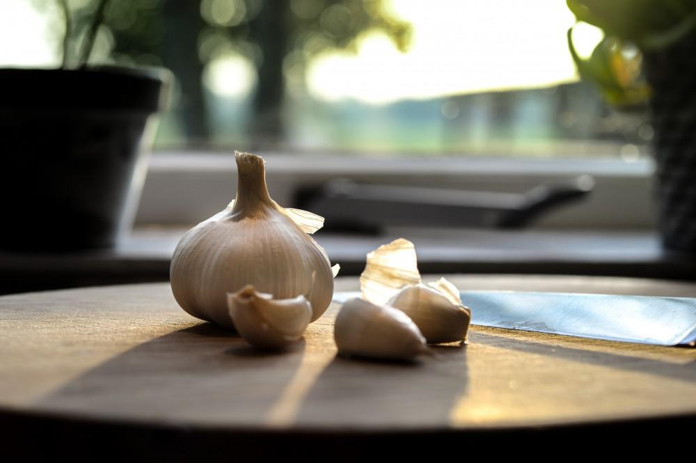 Garlic cloves on kitchen counter
